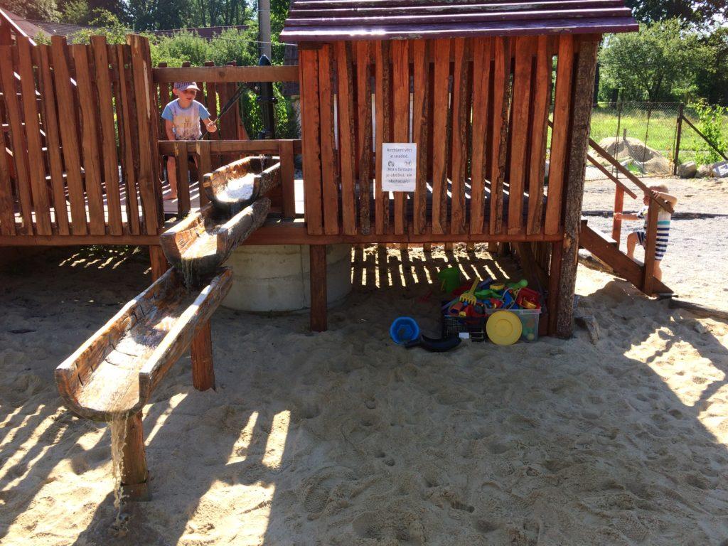 Vodní pumpa s tekoucí vodou až na pískoviště